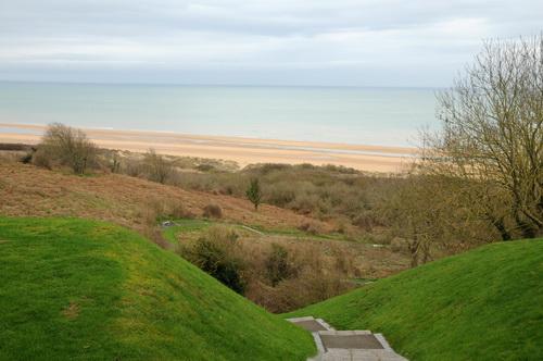 Uitzicht vanaf Amerikaanse begraafplaats op het Omaha Beach in Colleville sur Mer in Normandie